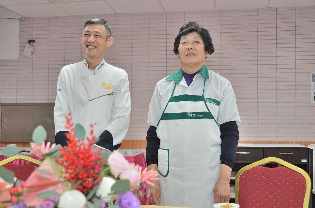 嘉南藥理大學餐旅管理系專案講師王明煌與母親合影。(記者宋順澈/攝影)