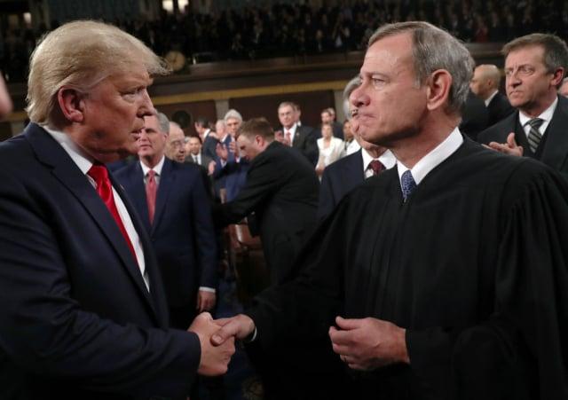 首席大法官羅伯茲(右)被爆料,是他阻擋了最高法院審理德州指控4搖擺州選舉違憲的訴訟。圖為總統川普(左)2020年2月4日與羅伯茲見面。(Leah Millis-Pool/Getty Images)