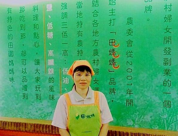 橘色帽、綠圍裙上有識別標章,農村婦女在田媽媽展現好手藝。(東遊季提供)