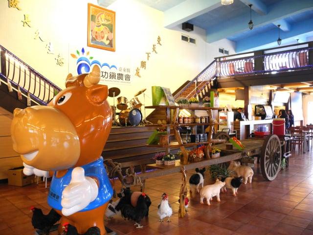 農委會輔導的農村田媽媽餐廳,以地方農產品做出田園料理。圖為成農花田餐坊。