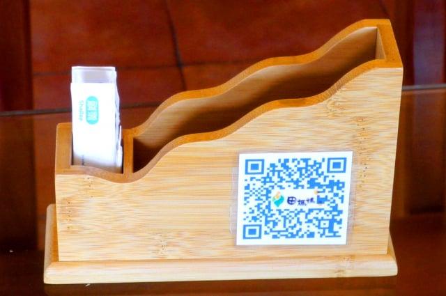 成農田媽媽餐桌上的紙巾盒,貼上QR Code,提供田媽媽完整資訊。