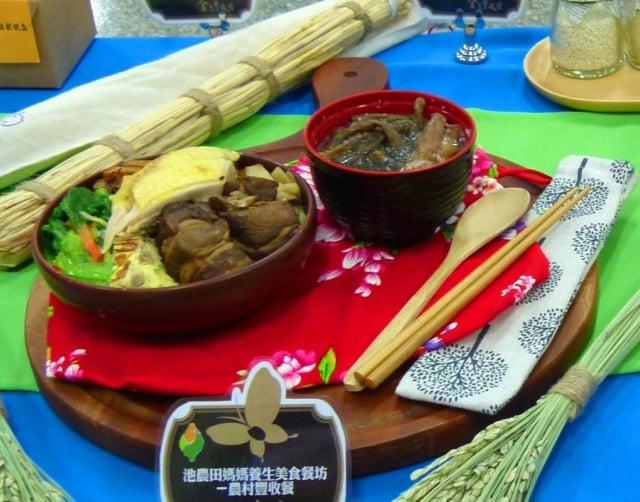 池上農會田媽媽的傳統農村豐收飯,飯後還能將豐收餐具帶走做紀念。