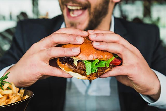 聽到可以大吃一頓不要太興奮,先了解欺騙餐是什麼、怎麼吃,才不會讓瘦身計畫破功!(World Gym Blog提供)