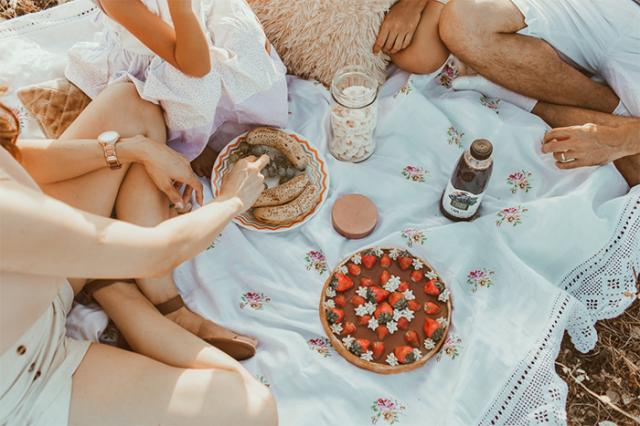將欺騙餐安排在週末和親友聚餐,可以作為減肥的獎勵。(World Gym Blog提供)