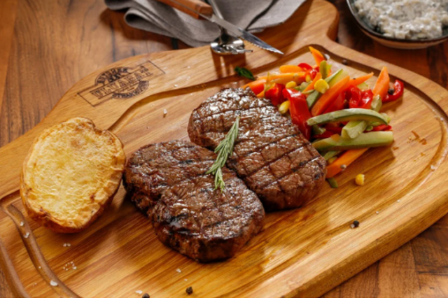 烤牛排屬於優質蛋白質,建議再搭配蔬菜和馬鈴薯更均衡。(World Gym Blog提供)