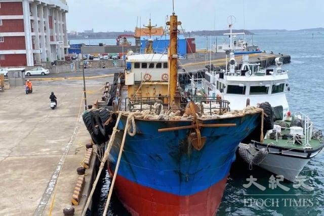 澎湖海巡隊27日押返越界的中國籍漁船留置調查。(澎湖海巡隊提供)