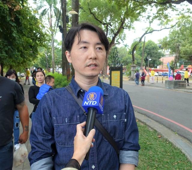 法輪功學員李先生參與橋頭糖廠煉功洪法活動,向師尊拜年,感謝師父慈悲救度之恩。