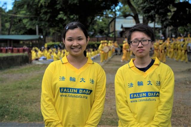 法輪功青年學子呂明樺(左)、呂慧馨(右),參與橋頭糖廠煉功洪法活動,向師尊拜年感謝師恩。