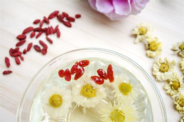 眼睛日常保養要加哪些配方,平日可以飲用枸杞搭配黃色系菊花(如杭菊)沖茶飲用。(123RF)