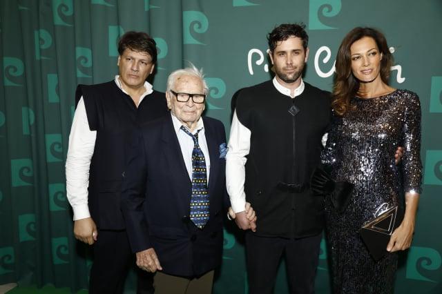 左二為法國知名服裝設計師皮爾卡登。(Julien M. Hekimian/Getty Images)