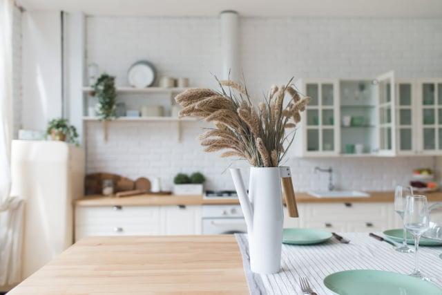 房間擺上含有精油的乾燥花,能保持屋內的芬芳,增添生活的愉悅氛圍。(Shutterstock)