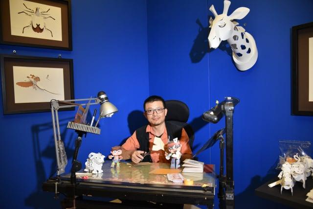 臺灣紙藝術洪新富把工作桌搬到展場,邀請觀眾一起體驗創作過程。