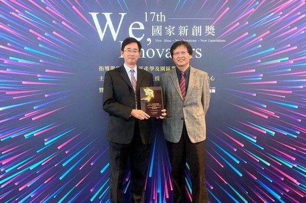 桃療腦醫學中心主任楊智傑教授(左)獲頒國家新創獎後後,與北榮精神部蔡世仁主任合影。(桃園療養院提供)