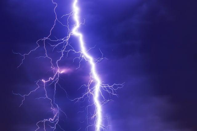 依據法國預言家諾查丹瑪斯的預言,2021年將會發生饑荒和地震等災難。圖為象徵災難的風暴與閃電。(Pixabay)