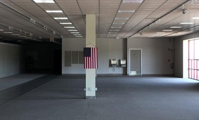 圖為美國加利福尼亞一家關門的家具店。(Justin Sullivan/Getty Images)