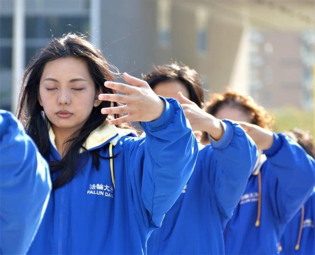 2021年元旦,近300人集結臺中市政府廣場,以五套功法形式,向世人展現法輪大法的美好與神聖。