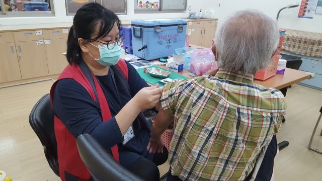 疫苗數量有限,請桃園市民把握機會儘速接種,保護自己也保護家人。(桃園市衛生局提供)