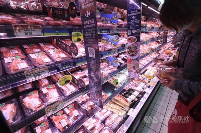 臺灣生鮮豬肉出口首銷澳門308公噸,今年有機會新增出口菲律賓。圖為民眾在賣場挑選豬肉。(中央社檔案照片)