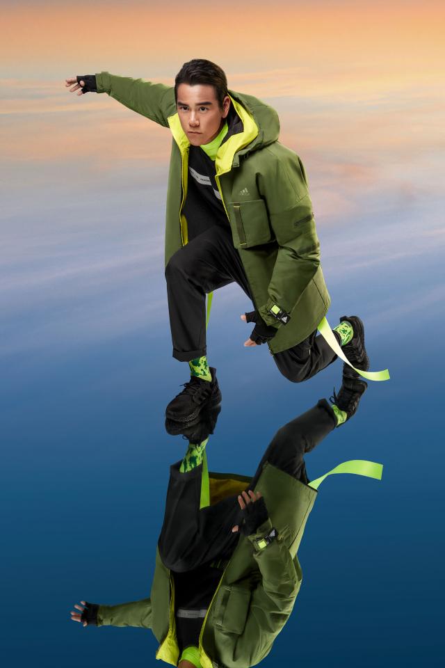 彭于晏身著軍綠風衣外套,採用硬挺輪廓剪裁與鋪棉內層,兼顧實搭與保暖雙重需求。(adidas提供)