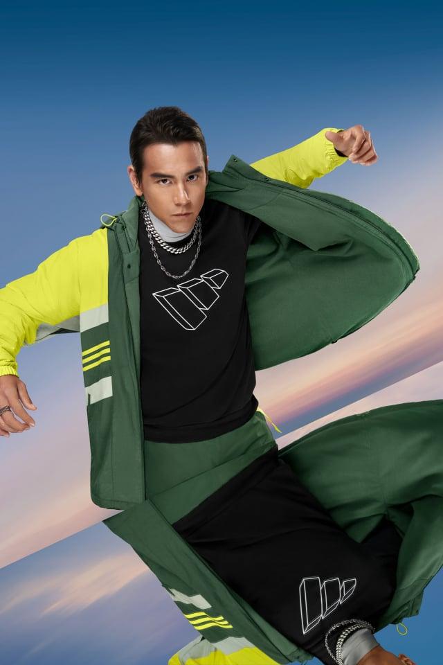彭于晏換上街頭潮流風格的防風外套,內搭素色大學Tee。(adidas提供)