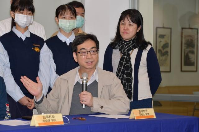 台大醫院新竹分院眼科主任葉伯廷表示,在暗室或入夜之後滑手機,應調降手機亮度。