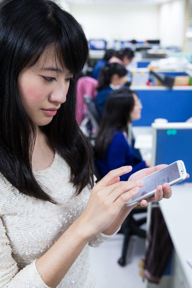 國家通訊傳播委員會(NCC)6日主動對外說明,台灣大哥大自有品牌AMAZING A32手機特定版本,遭暗中植入惡意程式,手機使用者恐成詐騙集團人頭。圖為示意圖。(記者陳柏州/攝影)