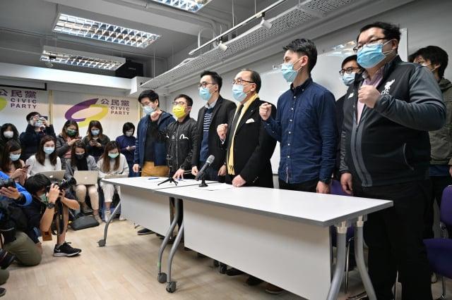 圖為1月6日,中共逮捕數十名民主派人士後,公民黨主席梁家傑(前排右三)和其他成員在總部舉行記者會。 (Anthony Wallace/Getty Images)