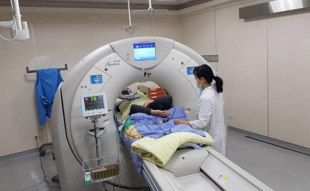 執行冠狀動脈鈣化分析檢查。(臺北榮民總醫院桃園分院提供)