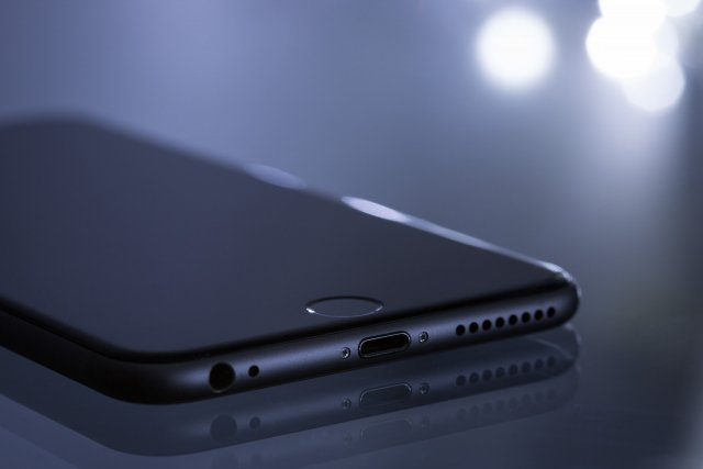 iPhone手機從1.2萬英尺高空掉落地面仍可使用。此為示意圖。(Pixabay)