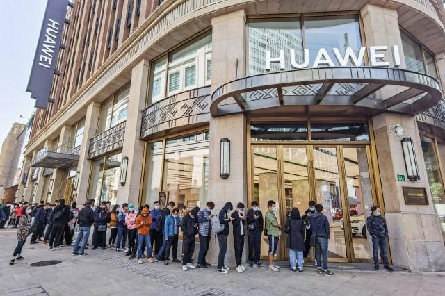圖為被川普政府制裁的中國企業華為公司。(STR/AFP via Getty Images)