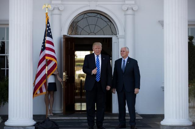 圖為川普總統與彭斯副總統在白宮門口。( Drew Angerer/Getty Images)