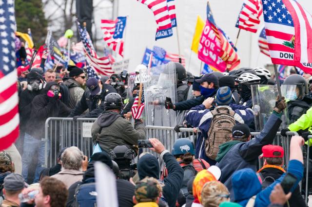 美國6日發生國會暴動事件(圖),美國總統川普7日在推特上發文,譴責示威者闖入國會的暴力事件,並呼籲示威者和平守法、離開國會,卻遭推特、臉書先後宣布永久關閉川普的個人帳號。(記者石青雲/攝影)