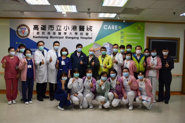 台灣12日傳出本土案例,高雄市陳其邁特地至小港醫院為醫護人員打氣。(小港醫院臉書)