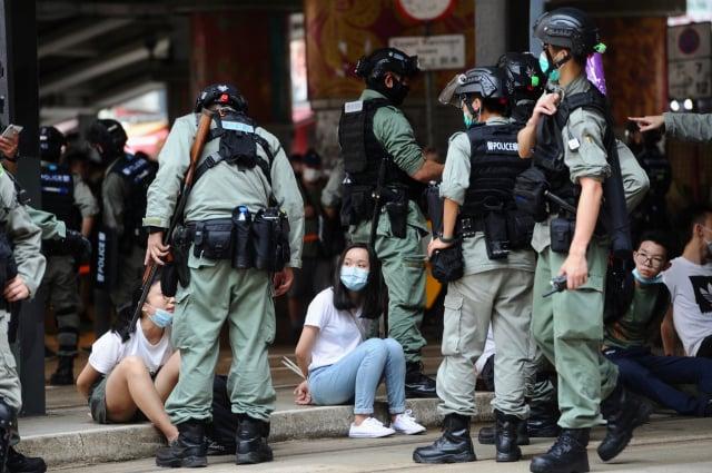 香港警察2020年7月1日在銅鑼灣鵝頸橋拘捕抗爭者。(記者宋碧龍/攝影)