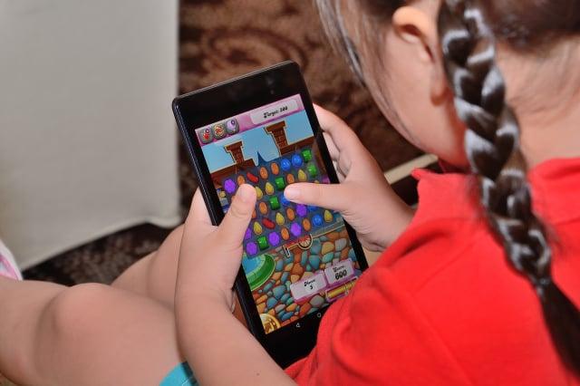 白絲帶關懷協會14日公布的調查研究指出,青少年每週使用手機長達25.91小時。示意圖。(大紀元)