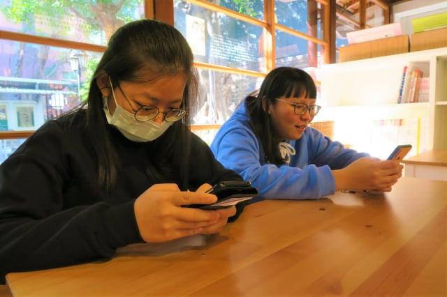 據國家發展委員會最新調查,跟家人朋友吃飯時會滑手機的比例提升至7成。