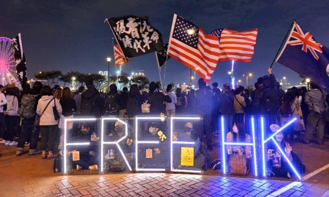 圖為香港人以多種街頭抗爭方式反抗中共的極權壓迫。(大紀元)