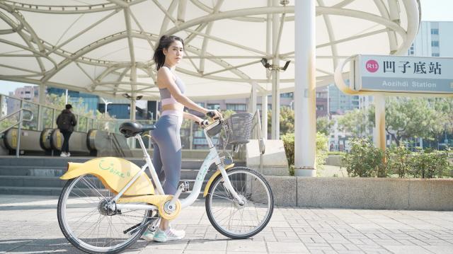 為鼓勵民眾騎乘公共自行車,高市府交通局邀請馬拉松女神雷理莎代言2021年高雄YouBike2.0。(高市交通局提供)