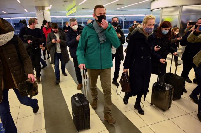 莫斯科反對派領袖納瓦尼(左)和他的妻子(右),1月17日抵達莫斯科的機場。(KIRILL KUDRYAVTSEV/AFP via Getty Images)