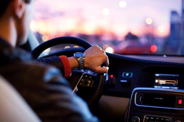 英國一名男子考駕照,在第158次應考時才通過筆試。圖為一名男子在開車,與本文無關。(Pixabay)