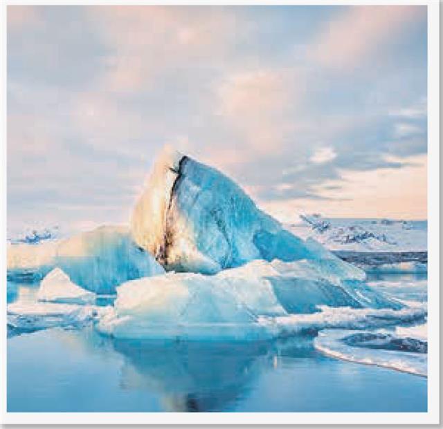 女性飛行員駕駛。飛航專家指出,飛越北極的技術需求很高,非常需要技巧和經驗。(123RF)