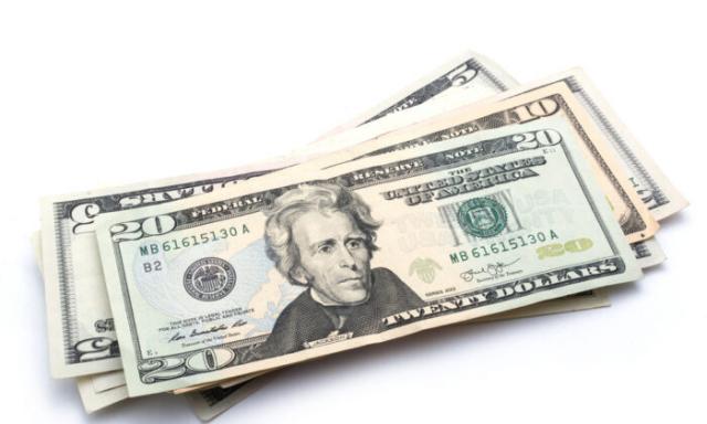 只使用現金可以避免一些消費衝動。(Shutterstock)