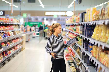 當心你帶誰和你一起去購物。最好是單獨購物來控制消費。(Shutterstock)