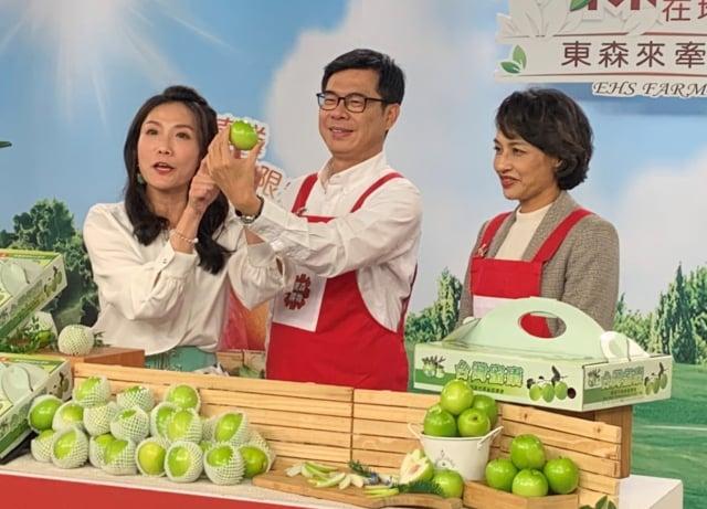 高雄市長陳其邁(中)和立委邱議瑩(右)登購物平台Live節目現場,向全國民眾力推高雄蜜棗禮盒。(高市府提供)