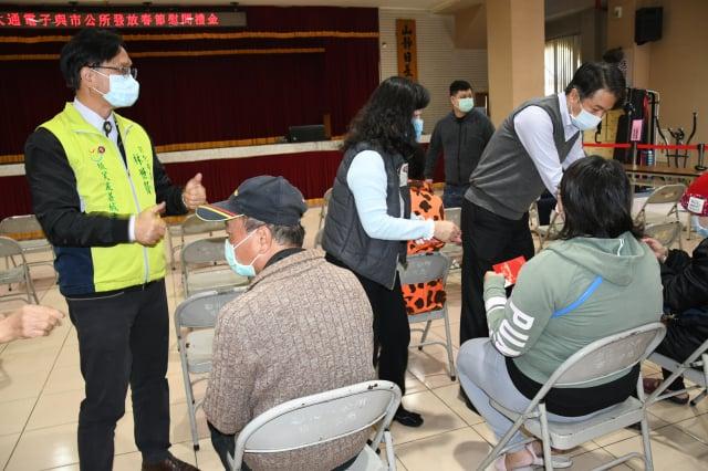 林世賢市長為受贈春節慰問金的家庭成員加油打氣 。(彰化市公所提供)