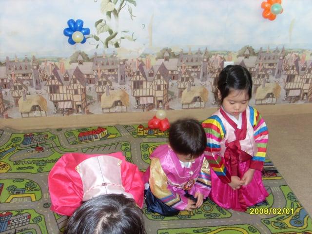 小孩穿韓服向長輩拜年。(維基百科/snoopdrew)