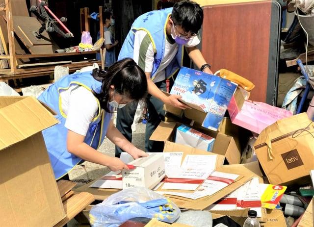 僑泰中學學生在過年前到張家協助整理環境、貼春聯。僑泰中學學生在過年前到張家協助整理環境、貼春聯。