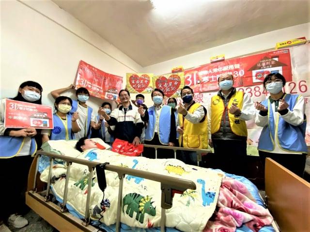 僑泰中學學生在過年前到張家協助整理環境、貼春聯。