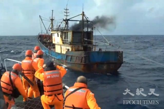 中國籍漁船「閩連漁65866」21日越界進入我國海域,在彭佳嶼北20.5浬處違規實施拖網作業。(基隆海巡隊提供)