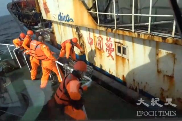 海巡署艦隊分署基隆海巡隊強勢登檢後將1船9人押返正濱漁港。